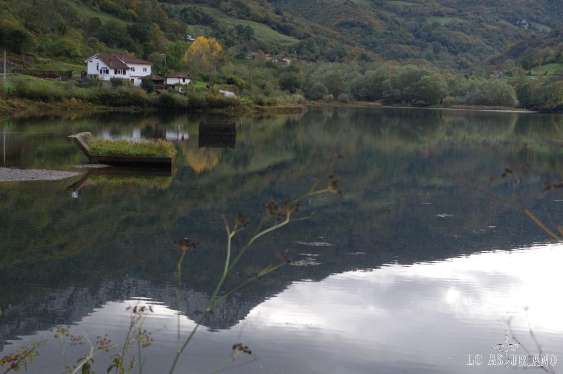 El embalse de Valdemurio, con el reflejo en el agua de la peña del Alba.