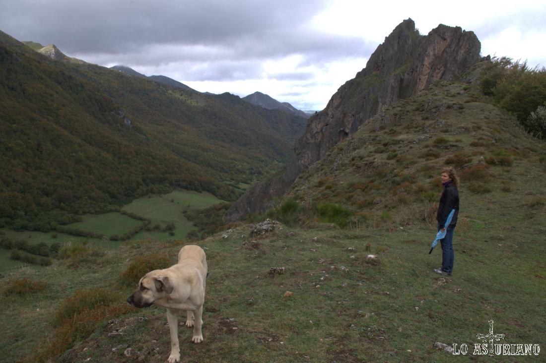 Peña el Castiellu y el valle del río Sousas, que en adelante, iremos ascendiendo.