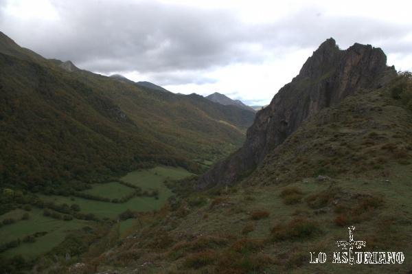 La peña Fourada (agujero en la roca), en la peña Castiellu, en el valle del río Sousas.
