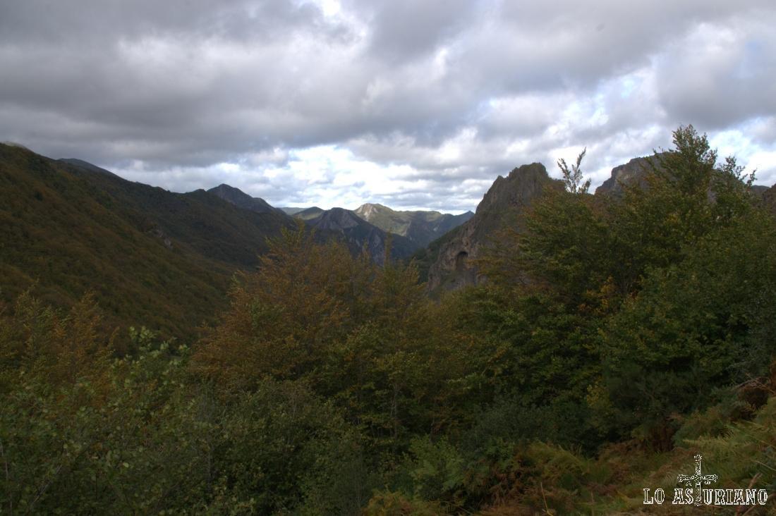 Camino de la braña de Sousas, con las vistas de Peña Castiellu o Furada, a la derecha.