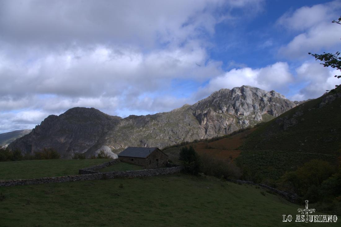 Peñas de la Estaca y la Requeixada, en el otro lado del valle del río Valle.