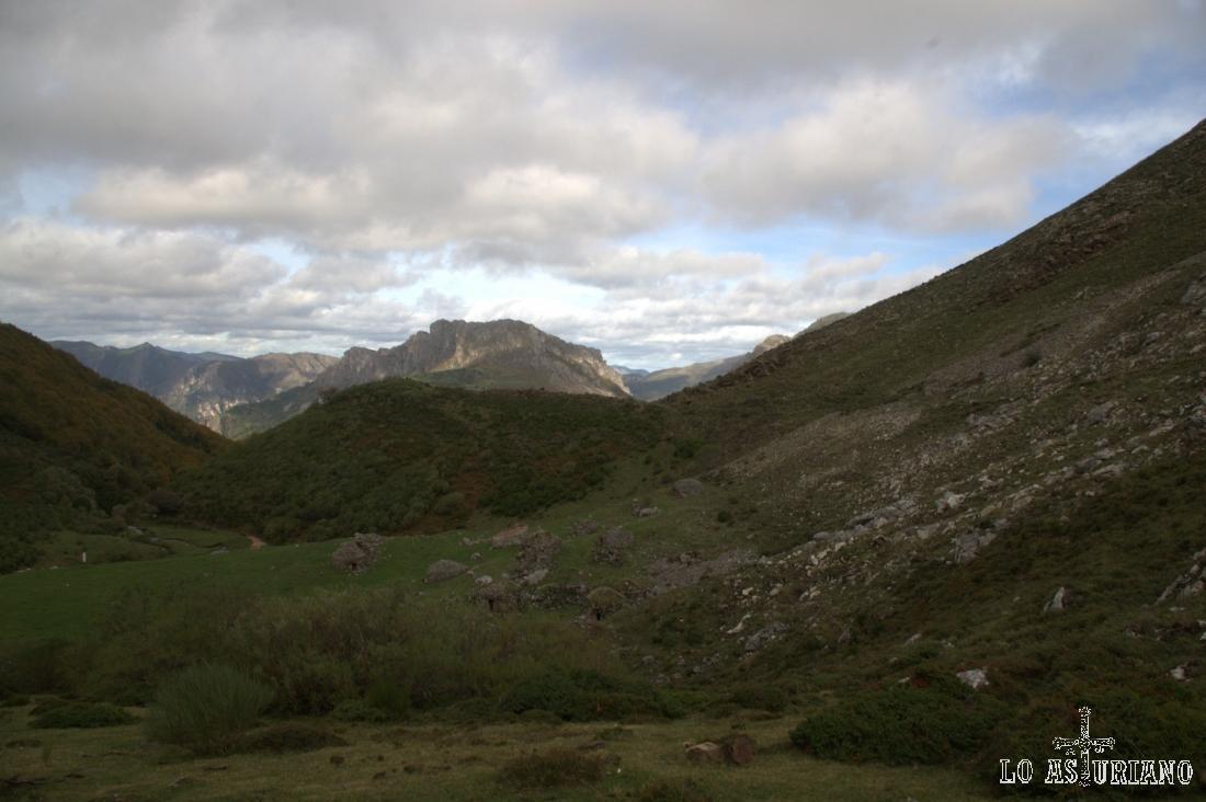 La braña de Sousas, es un bonito conjunto de corros de piedra situado a más de 1400 metros de altura, en la parte alta del valle del río Sousas.