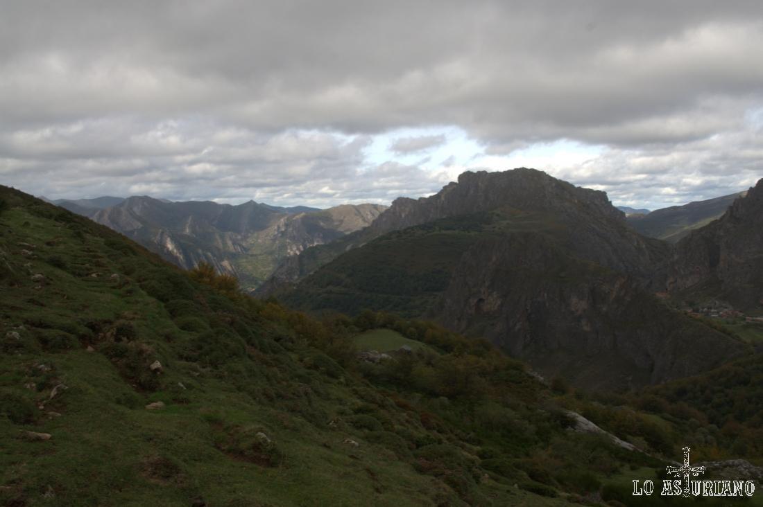 Estamos en la collada, al lado de la braña de Sousas, y tenemos estas magníficas vistas.