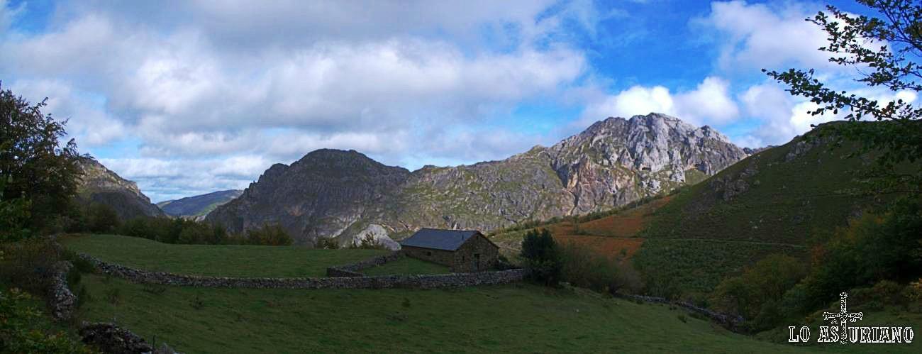 Preciosa panorámica de la peña de la Estaca, sobre Valle de Lago, desde la pista de subida a Sousas.