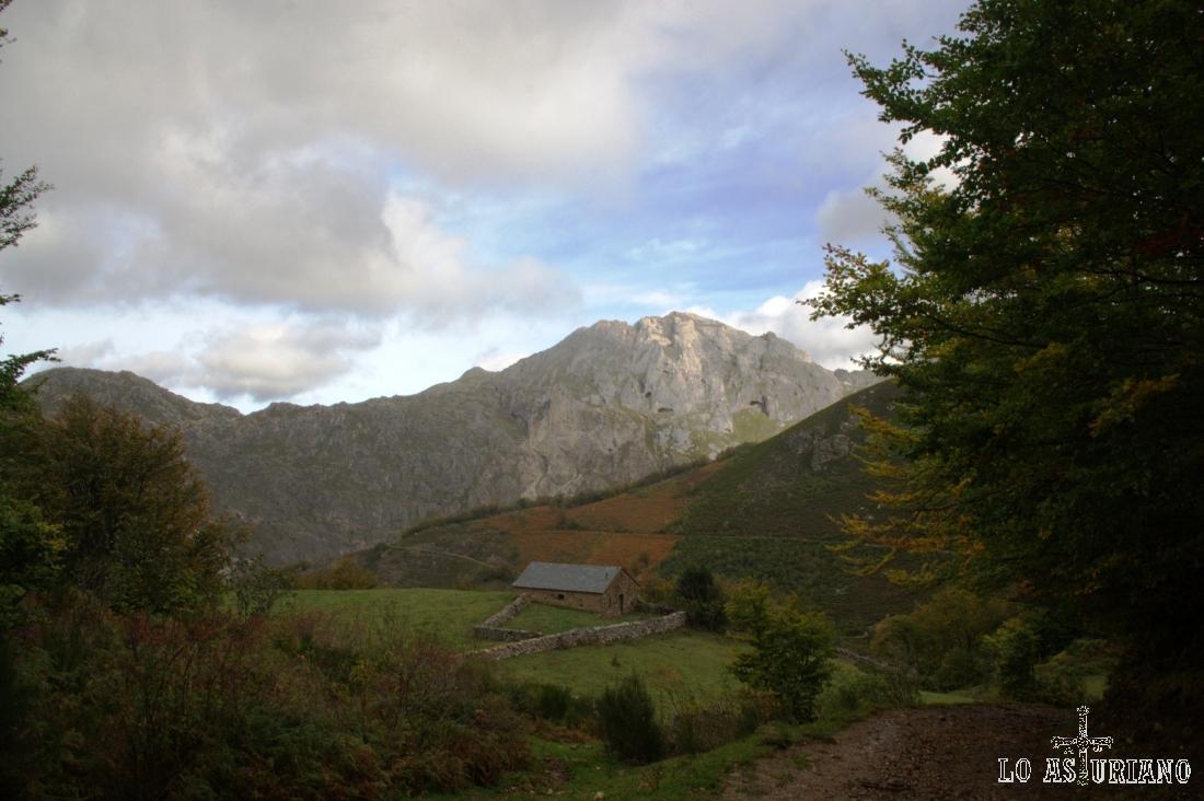 La preciosa peña de la Estaca, desde el camino a Sousas.