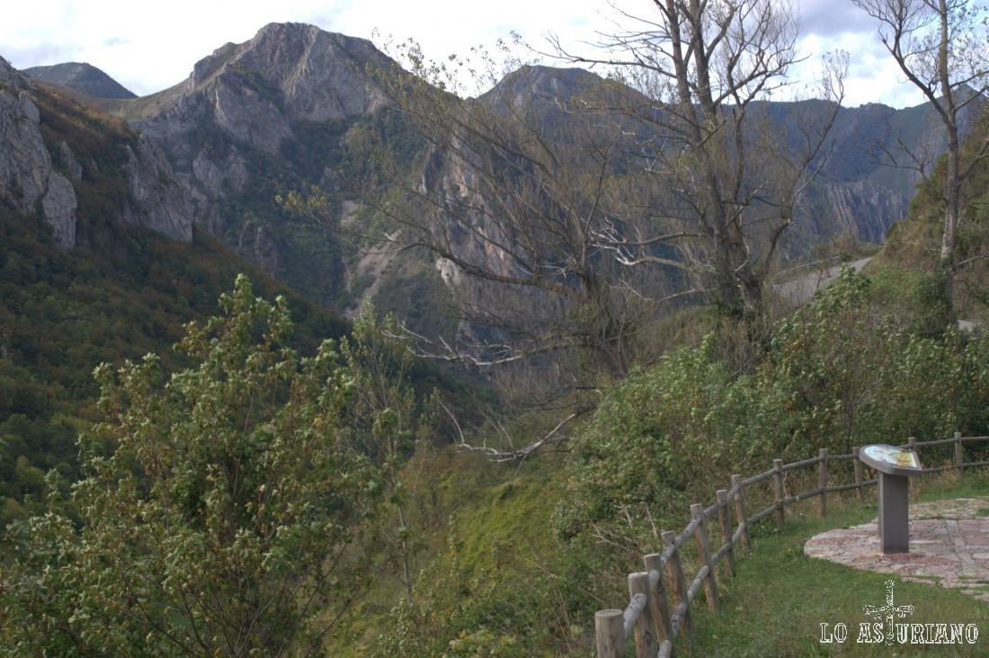Este mirador lo tienes en la carretera que sube desde Pola de Somiedo hasta Valle de Lago.