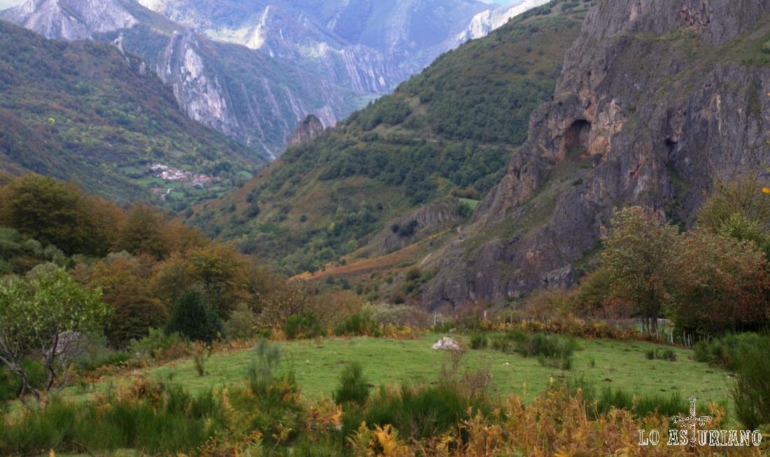 Peña Agujereada o Furada, en los valles cercanos a Valle de Lago, concretamente el valle del río Sousas.