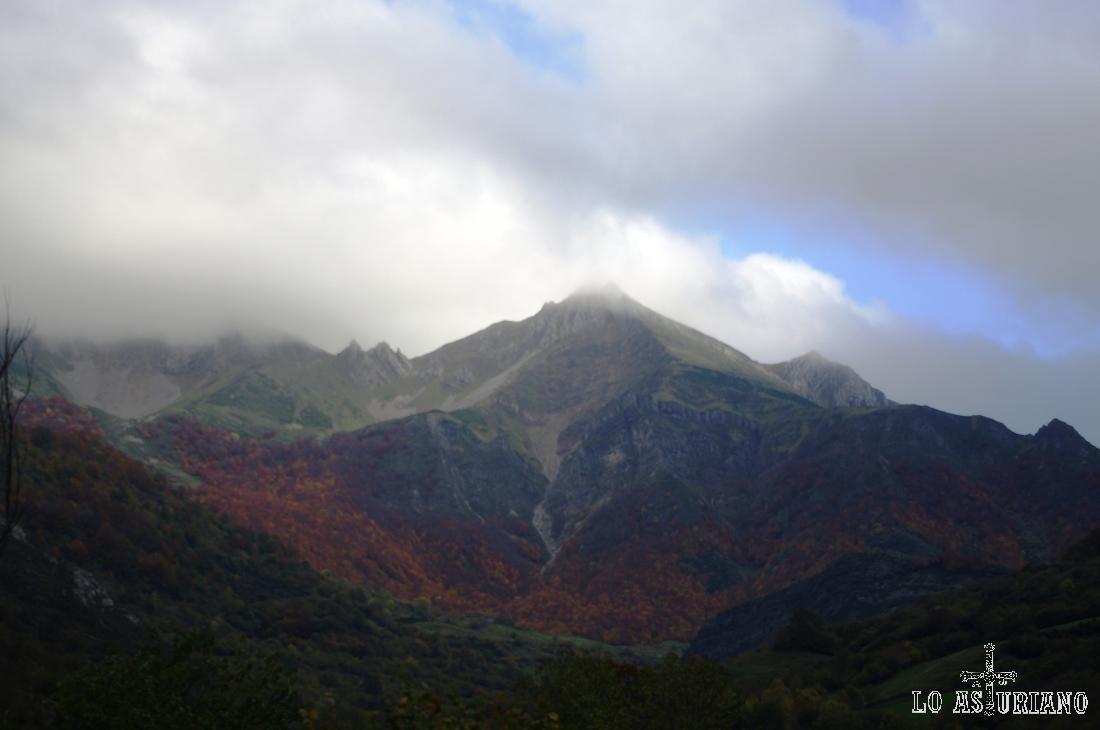 Paisajes rojizos de otoño en el Parque Natural de Somiedo, en el valle del río Somiedo.
