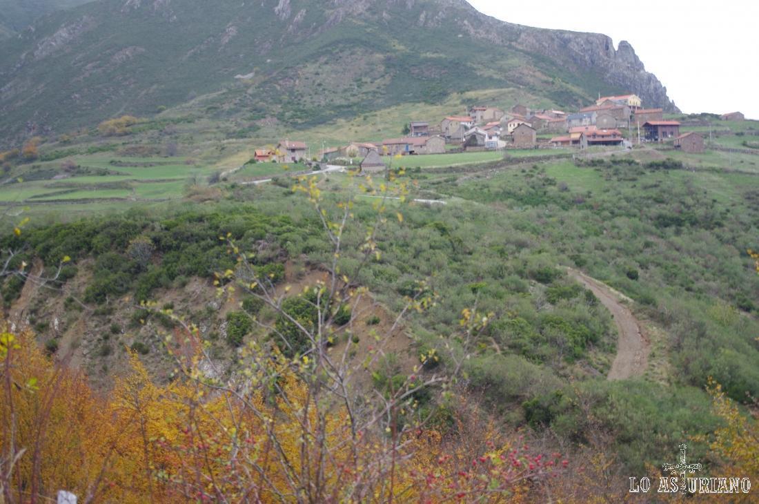Desde la carretera Pola de Somiedo-Puerto de Somiedo, tienes un desvío, que en menos de 1 km sube hasta La Peral.