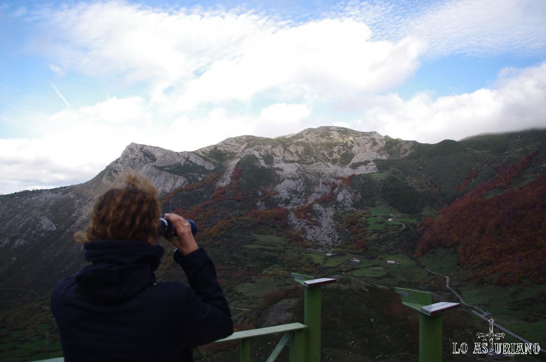 A la izquierda la peña de Guá, y a su derecha el Pico Alto, de 1849 metros.