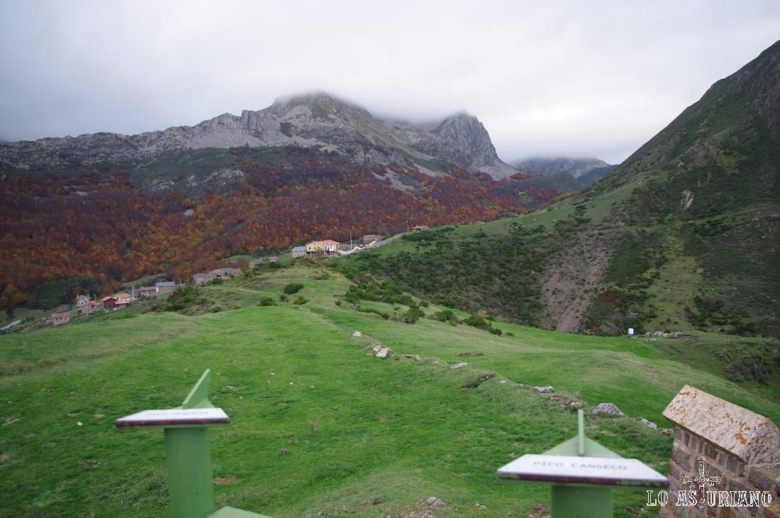 A la izquierda, Peña Penouta, y a la derecha, Peña Canseco, cubierta casi por completo por la niebla.