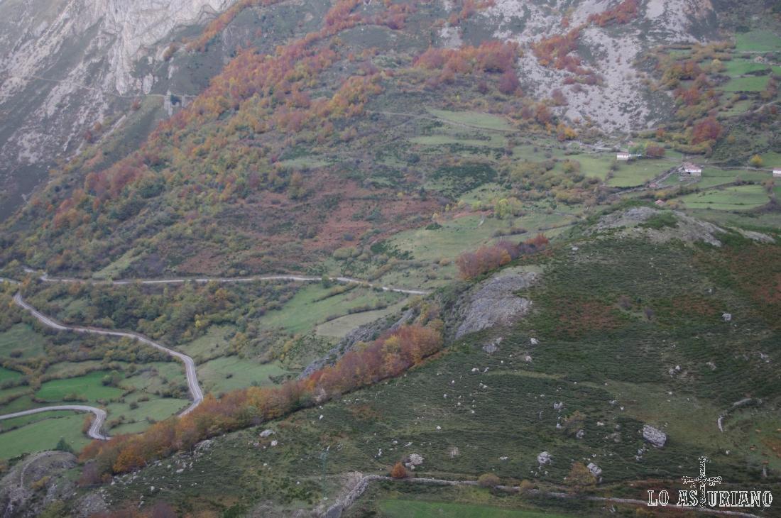 Los prados se mezclan con el rojizo de los hayedos y el gris de las rocas.
