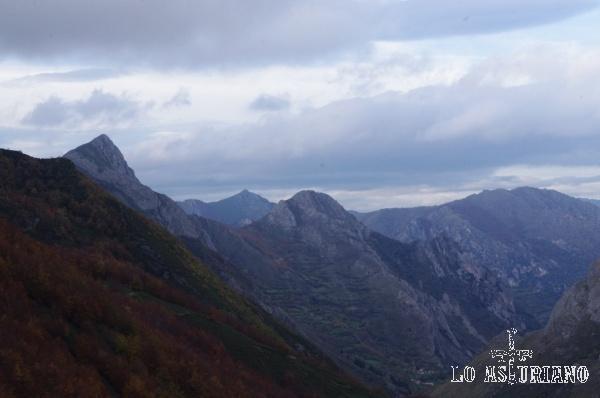 El Pico Mochada, 1659 m, y el Pico Cerridiel, de 1464 m, en la sierra de Perlunes.
