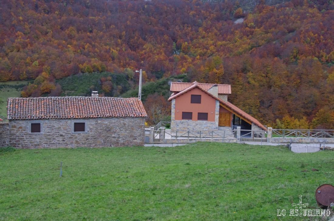 Casa antigua y casa moderna, en La Peral, Somiedo.