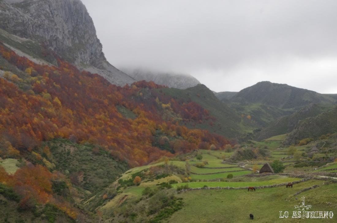 Espectacular paisaje de otoño en el valle del Trabanco, en la parte alta del valle de Somiedo, Asturias.