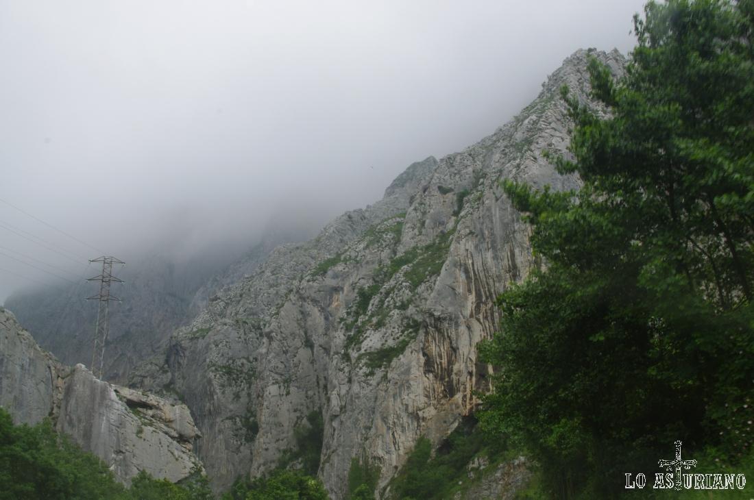 Paredes de roca y fuertes nieblas en el concejo de Teverga.