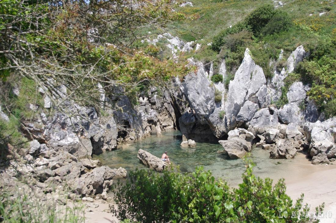 La escondida y rebrigada playa de Gulpiyuri tiene apenas 50 metros y en época estival tiene ocupación constante.
