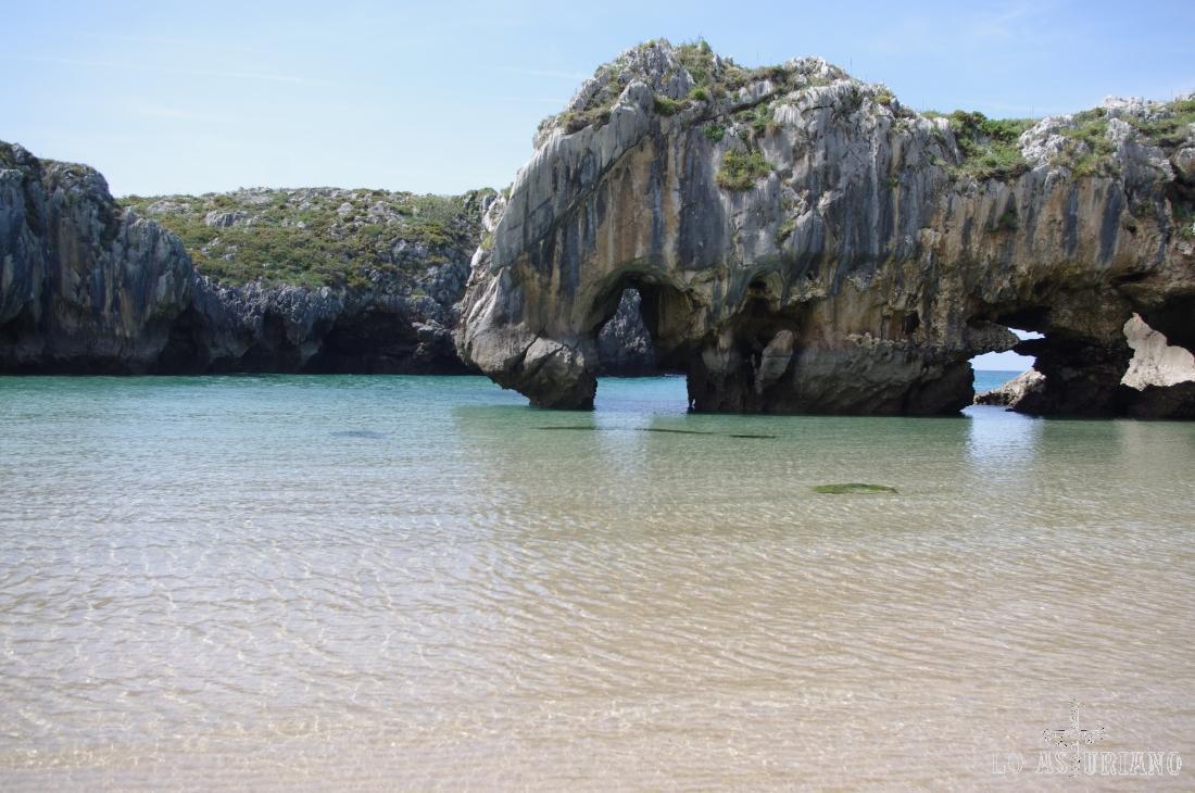 Playa de Cuevas del Mar, en Villanueva, concejo de Llanes.