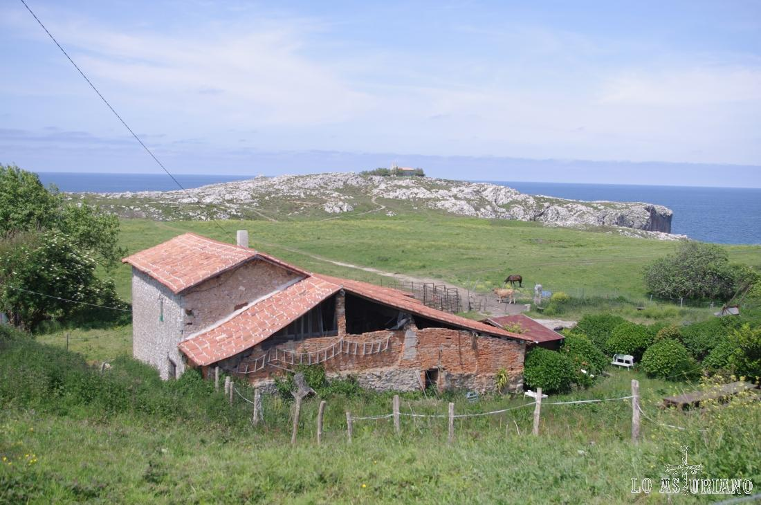 Explotación ganadera en la zona occidental del concejo de Llanes.