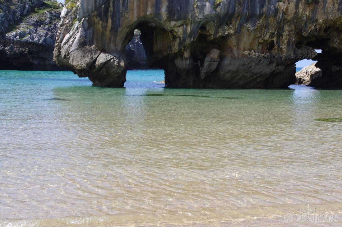 Agujeros en las rocas, precioso contraste con el azul del Cantábrico, en las Cuevas del Mar.