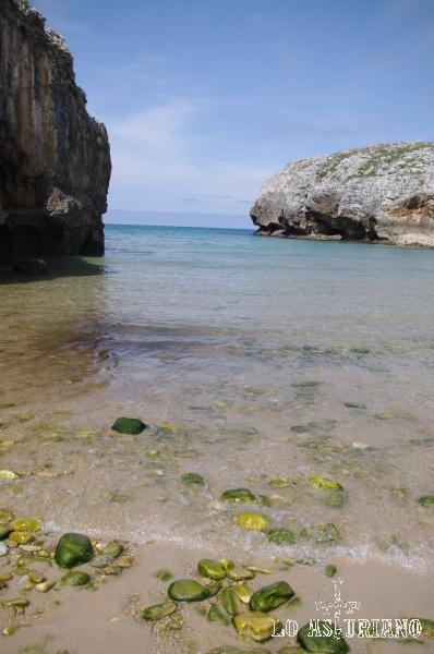 Piedras en la playa de las Cuevas del Mar, en Llanes.
