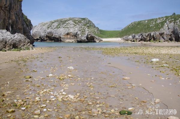 El agua dulce del río Nueva, se mezcla con el agua salada del Cantábrico en la playa de Cuevas de Mar.