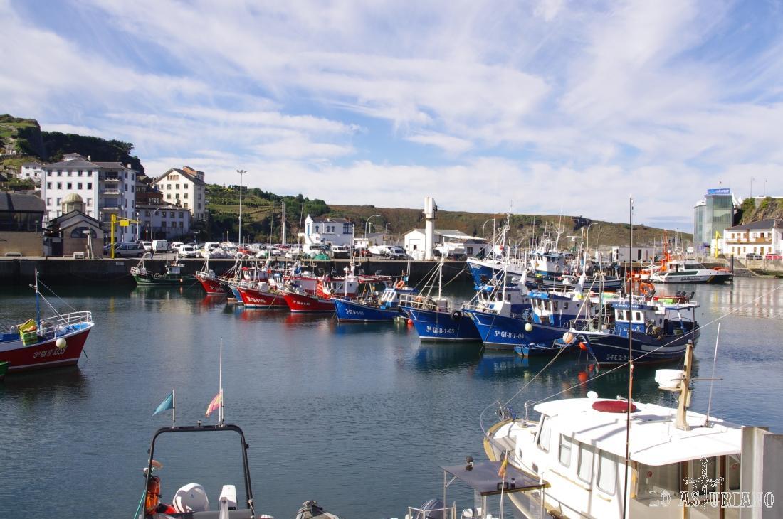 Barcos de pesca en el puerto de Luarca, portegido del mar por los diques y por la punta de la Encoronada.