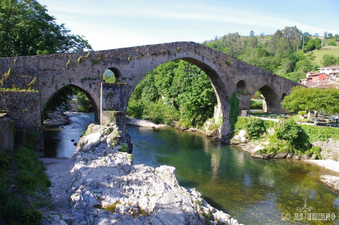 """El Puente Romano o """"el puentón"""", sobre el río Sella, a su paso por Cangas de Onís."""
