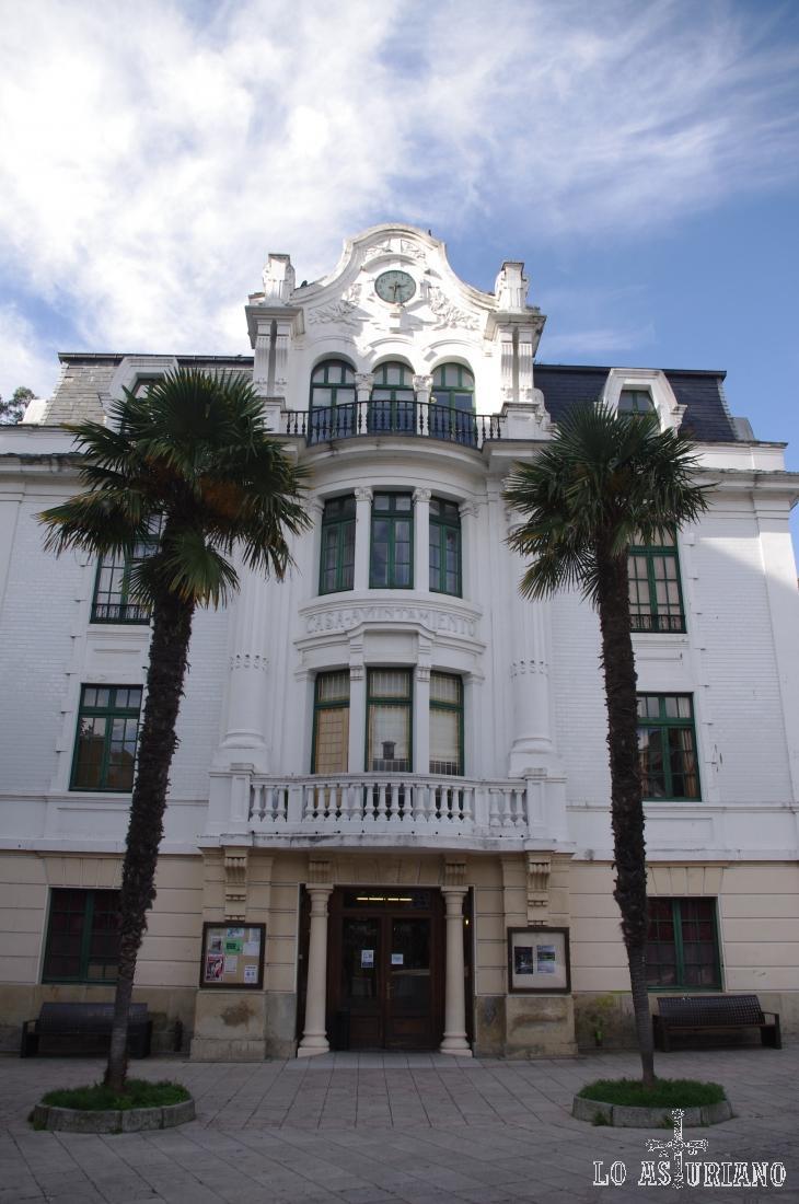 El precioso edificio del ayuntamiento de Luarca.