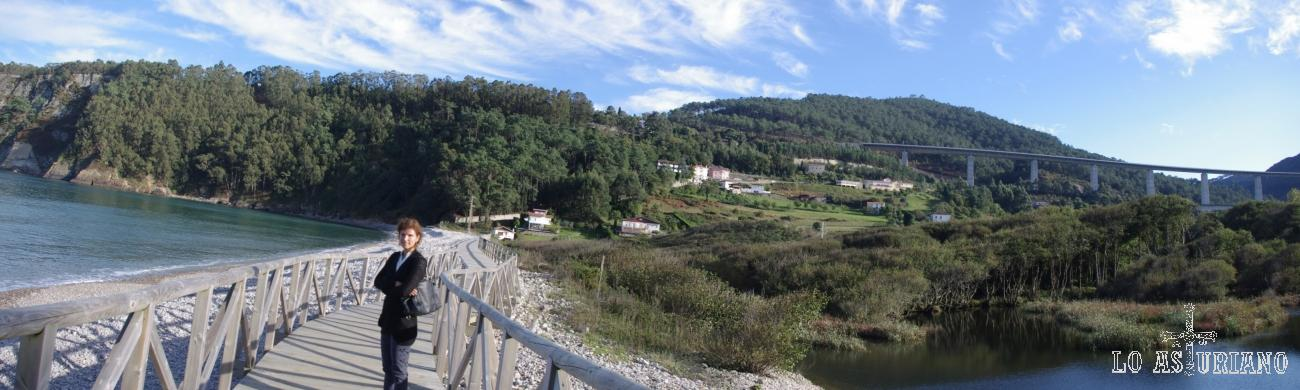 La preciosa playa de la Concha de Artedo, junto a las marismas del río Uncín y al fondo, el fabuloso viaducto de la Concha, el más alto y largo de Asturias.