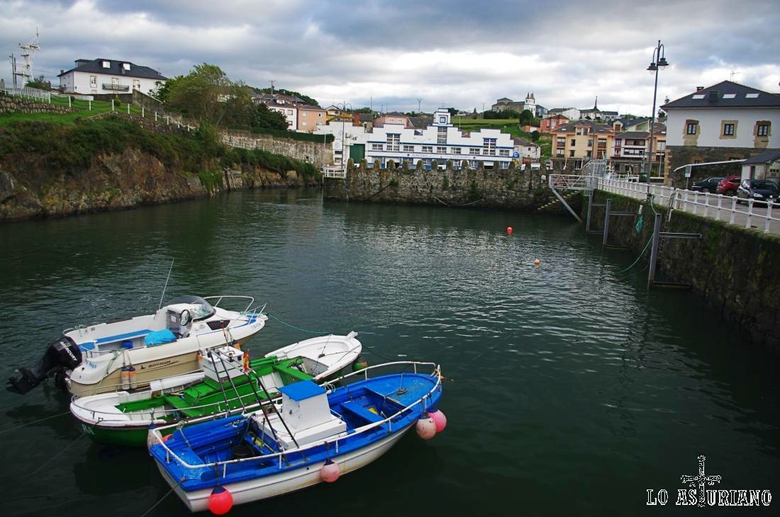 Barquitas en el puerto pesquero de Puerto de Vega.