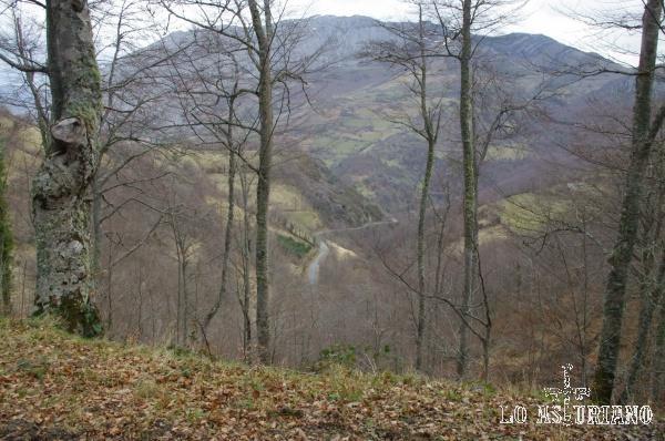 Se alcanza a ver muy abajo la carretera del puerto de la Ventana, que por este lado asturiano sube 20 km hasta el alto.