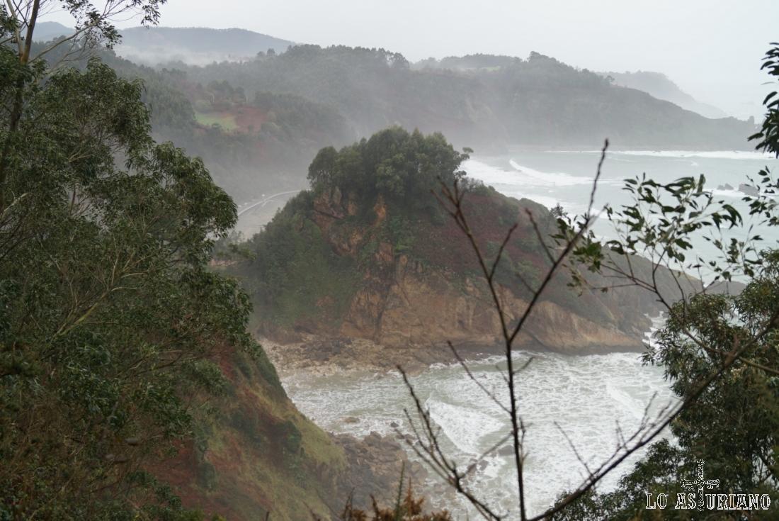 Las olas rompen en el entorno de la playa de Aguilar.