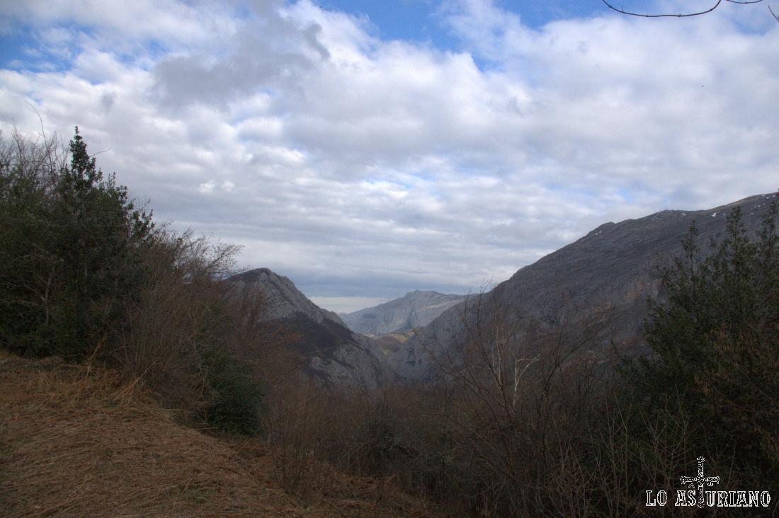 La V que forman la sierra de Sobia y Peña Viguera, a la izquierda.